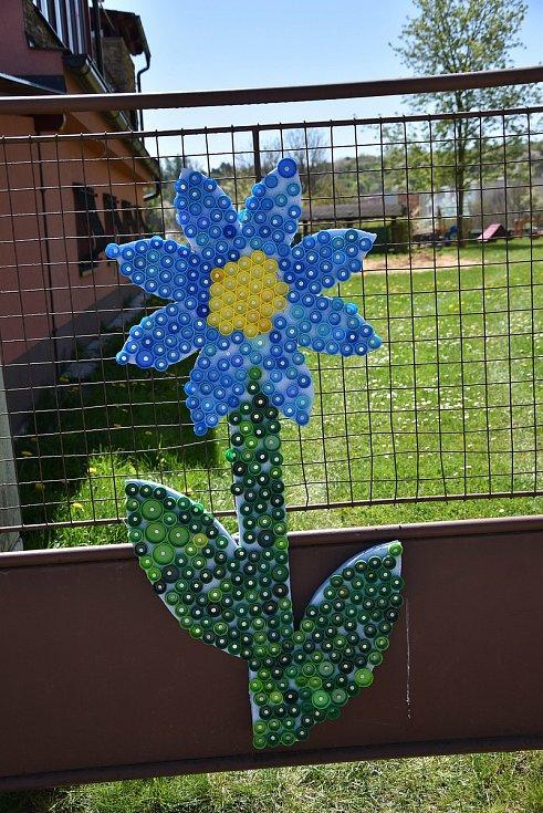 Výzdoba na plotě u mateřské školy, kterou vyráběli místní žáčci