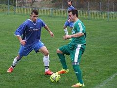 Jednoznačnou záležitostí se stalo okresní derby mezi Náměšti nad Oslavou (vlevo Vojtěch Rybníček) a Rapoticemi (Michal Sobotka), ve kterém dominovali domácí.