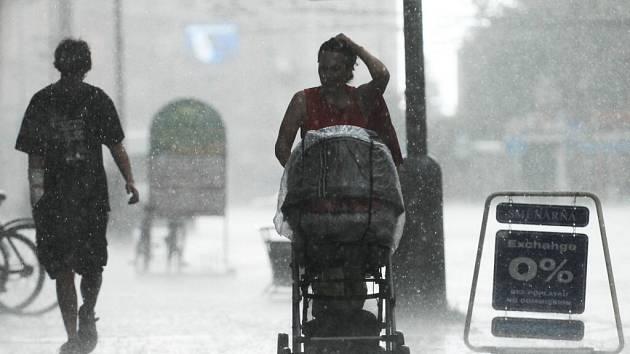 Horké počasí potrvá celý měsíc. Kroupy a lokální zatopení proto lze očekávat i nadále