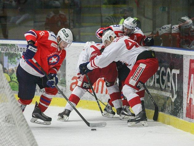 Hokejisté Horácké Slavie Třebíč ani na čtvrtý pokus nedokázali porazit svoji pražskou jmenovkyni, a po fotbalové prohře 0:1 ukončili své letošní vystoupení.