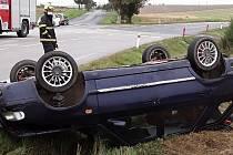Auto skončilo po nehodě převrácené na střeše.