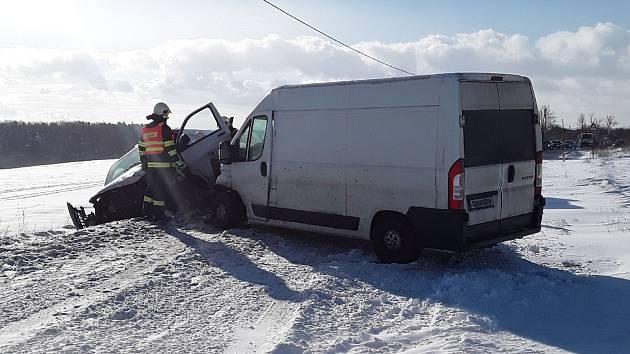 Sníh dělá problémy: na silnici u Jinošova na Třebíčsku se srazily dvě dodávky