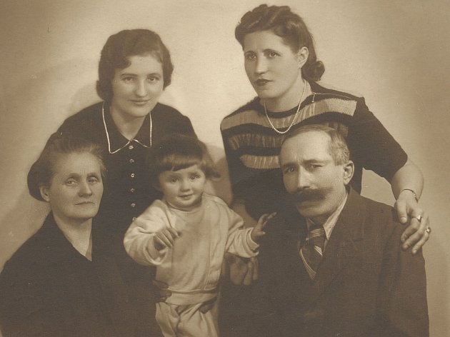 Sestry Kovárníkovy sdcerou Ludmilou a rodiči