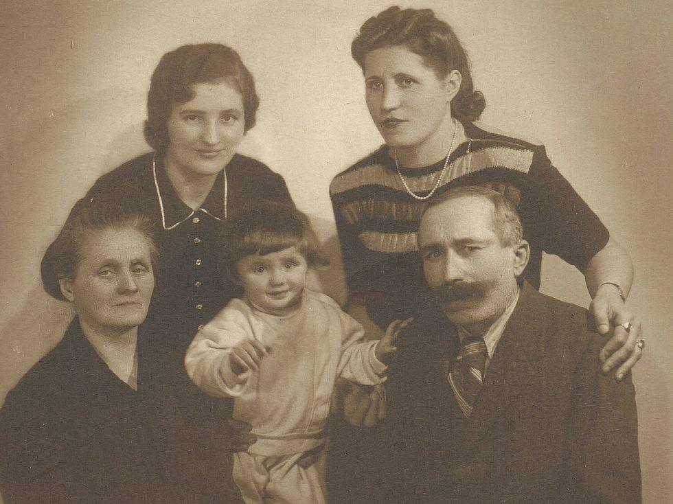 Sestry Kovárníkovy s dcerou Ludmilou a rodiči