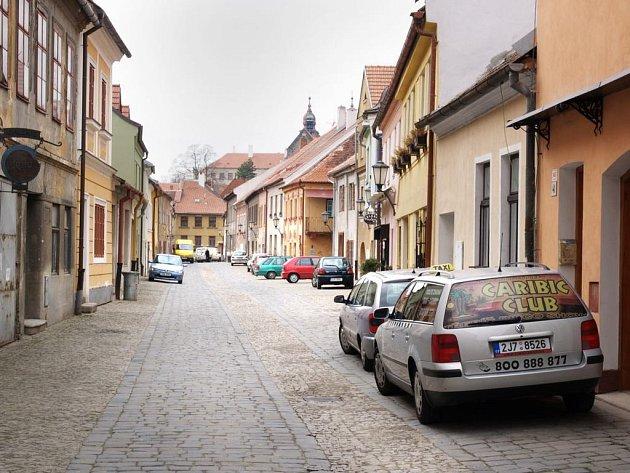 Parkování je pro obyvatel Zámostí problematické. V celé čtvrti je zákaz stání, vyjma omezeného počtu míst pro držitele povolenek.
