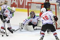 Dobrý výkon podali junioři Horácké Slavie (ve bílém) v utkání 4. kola nadstavbové skupiny B proti favorizovanému Hradci Králové. Třebíč ale z domácího ledu odešla poražena.