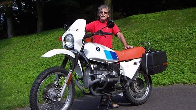 Rudolf Pražan se svým motocyklem BMW R 80 G/S. Dvě poslední písmena znamenají zkratky německých slov Gelände/Strasse, tedy terén a silnice.