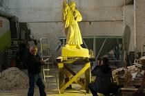Dvoumetrovou sochu legionáře z božanovského pískovce vytvořili dva Třebíčané – akademický sochař Boris Kjulleněn se svým synem – fotografem Borisem Kjulleněnem.