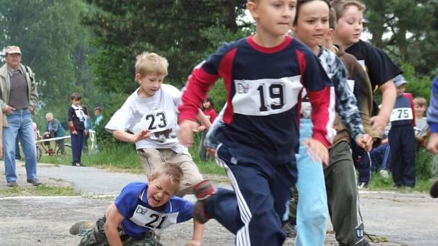 """Byla i odřená kolena. Děti závod s příhodným názvem """"Vítězíme všichni"""" braly vážně. Malí závodníci, vybičovaní davem přihlížejících, běželi jak o život."""