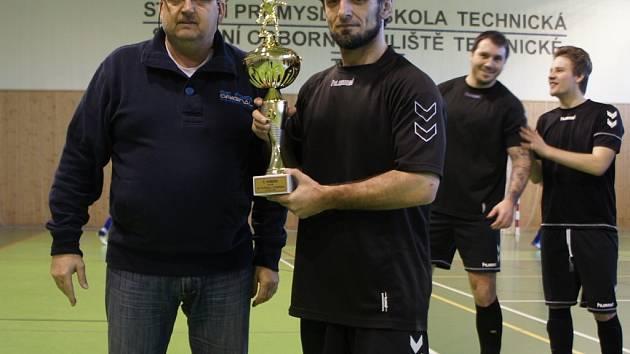 Předseda futsalového svazu v Třebíči Zdeněk Petr starší předává pohár pro vítěze Krajského přeboru Vysočiny kapitánovi Devils Třebíř Petru Maiovi.
