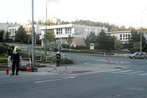 Nedělní večerní jízda mladého motorkáře po ulici Marie Majerové skončila karambolem. Řidič si nevšiml, že přes víkend zde zbudovali nový ostrůvek na přechodu pro chodce. Po nárazu do ostrůvku skončil v nemocnici.