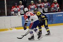 Třebíčští hokejisté (v bílém) potěšili své trenéry. První zápas předkola play-off proti Slavii Praha odehráli skvěle takticky.