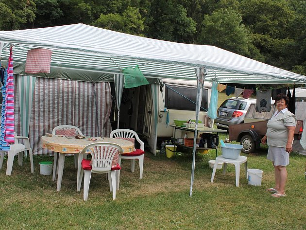 Veřejné tábořiště Fiola pod Mohelnem má své štamgasty. Paní Eva Lysoňková sem jezdí až z Uherského Brodu.