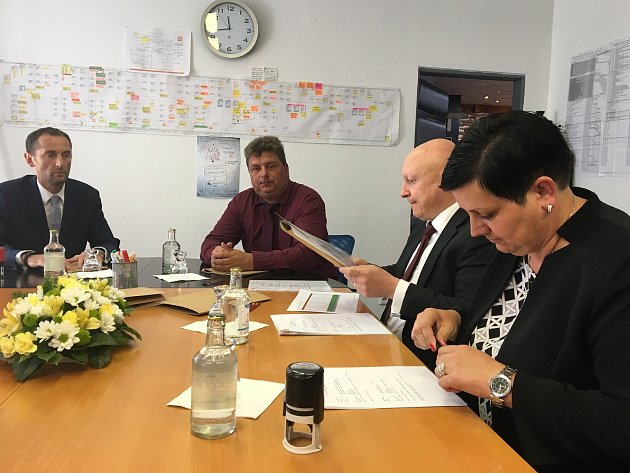 Nové smlouvy starostky a starostové převzali od generálního ředitele a předsedy představenstva Skupiny ČEZ Daniela Beneše.