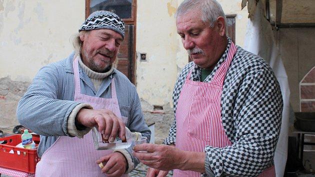 Pálenky a zabíjačka voněly na zámku v Dukovanech. O zabíjačkové pochoutky se postarali řezníci Jaromír Kohoutek (vlevo) a Josef Kilián.