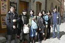 Na první pohled obyčejná turistická fotografie. Ale co se za ní skrývá? Jen šest Japonců této výpravy (na snímku s průvodcem Oto Šrámkem) se po zemětřesení dokázalo dostat na tokijské letiště. O zbylých dvaceti z této výpravy zatím nikdo nic neví.