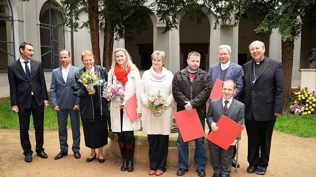 Cenu Charity minulý týden v Praze obdržela i Jana Štefánková (čtvrtá zleva).