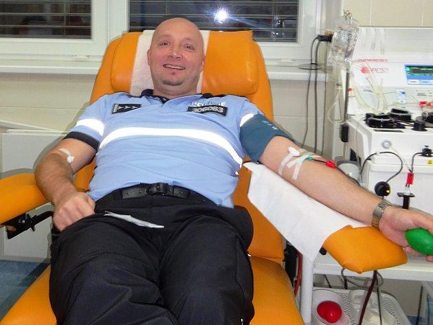Policisté hromadně darovali krev. Chtějí motivovat nové dárce