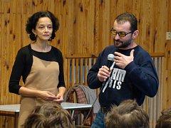 Gymnazistům knížku představil herec Ondřej Vetchý a Neela Winkelmannová z Platformy evropské paměti a svědomí.