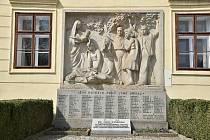 Pomník obětem 2. světové války na čelní straně zámku v Hrotovicích