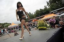 Přehlídku krásných dívek na letošní soutěži Miss pláž 2011 v Autokempu Wilsonka si ani přes nepřízeň počasí nenechala ujít spousta návštěvníků.