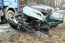 Jedním zraněním skončila nehoda osobního vozu s náklaďákem. Došlo k ní na silnici spojující Jemnici a Dačice, přibližně pět kilometrů za Jemnicí.