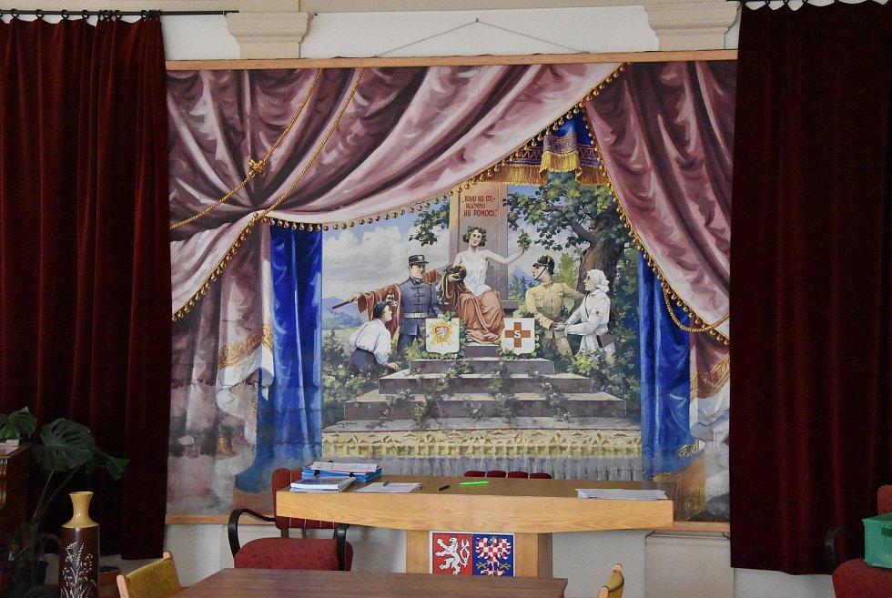 Historická divadelní opona, kterou nalezli při vyklízení budovy úřadu městyse. Nyní je k vidní v prvním patře objektu.