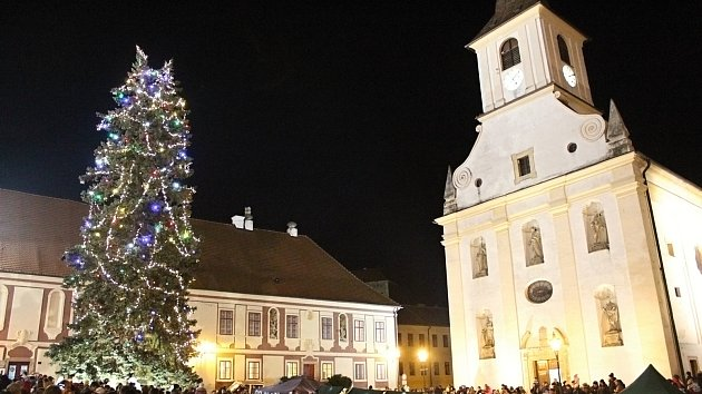 Vánoční strom v Náměšti nad Oslavou už svítí