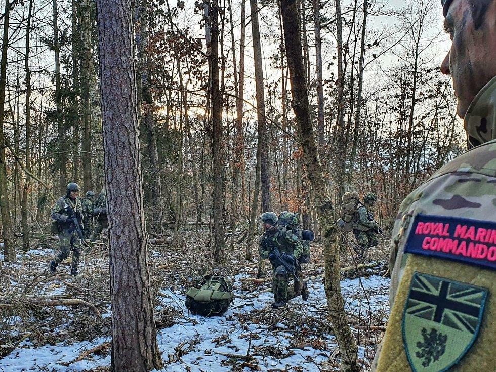 Vojáci z vrtulníkové základny v Náměšti nad Oslavou při cvičení.