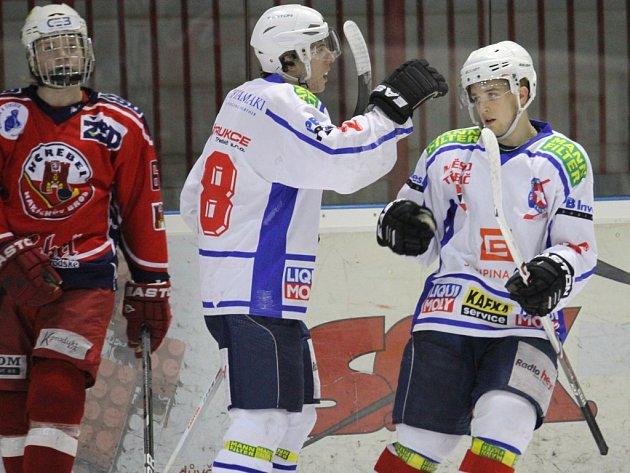Třebíčští junioři (v bílém) ovládli zápas na ledě Brodu.