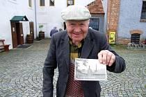Dalešický důchodve Bohumil Krejča rád vysedává na lavičce v Dalšickém pivovaru. Zná jej jak své boty. Dělával zde kdysi mistra, stejně jako jeho táta. A účastnil se celého natáčení Postřižin, o čemž zvědavcům rád vypráví.