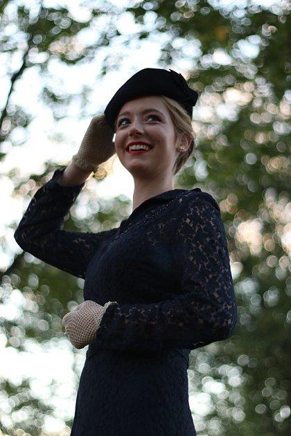 """4. Na focení sfotografkou Karolínou Jakubcovou si Iveta oblékla šaty po prababičce, jsou zroku 1950. """"Měla je na svatbě, ale pak věděla, že už je nebude nosit, tak je ustřihla a obarvila na modro,"""" vysvětluje. Foto: Karolína Jakubcová"""