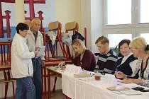 První voliči si na otevření volebních místností ve Žďáře pár minut počkali, přišli už před 14. hodinou. Ve volební místnosti v knihovně svůj hlas během půl hodiny odevzdala stovka lidí.