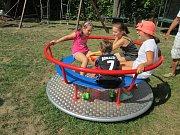 Dětem se na hřišti nejvíce líbí kolotoč s vnitřními sedáky.