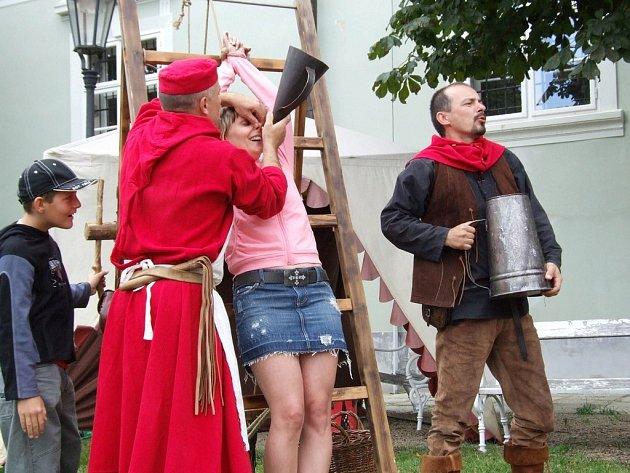 Mučení čarodějnice do všech detailů předvedli divákům na historické slavnosti v Moravských Budějovicích kat se svým pomocníkem.