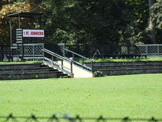 Fotbalový areál v půvabném parku se dlouhodobě potýká s nemalými problémy.