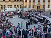 Opravené náměstí zaplavily v pátek večer davy lidí. Město uspořádalo slavnostní předání.