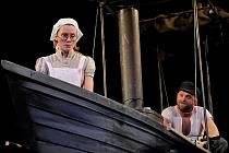 Letošní přehlídku v Třebíči odstartuje inscenace Africká královna, v níž hrají Linda Rybová v roli Angličanky Rosie a Hynek Čermák v roli kanadského dobrodruha.