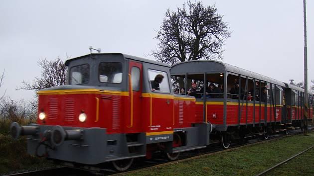 Opuštěnou trať oživí výletním vlakem hrstka nadšenců