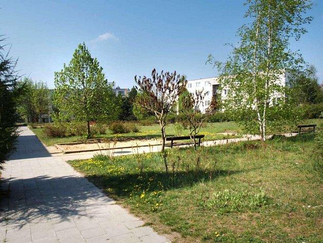 Místo zahrady parkoviště. Prostor zabere 73 parkovacích míst.