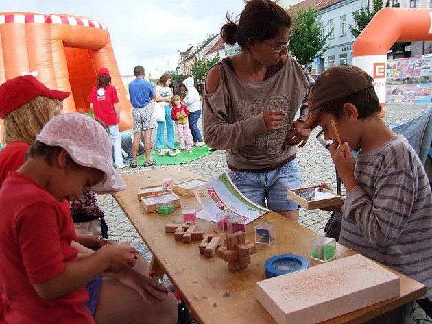 Již 8. ročník charitativní sbírky pro mentálně a tělesně postižené lidi s názvem Akce cihla odstartoval na třebíčském Karlově náměstí.