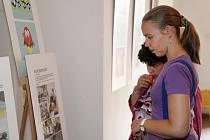 Výstava v prostorách tréninkové kavárny Splněný sen představuje obrázky klientů Denního centra Barevný svět.