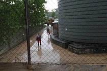 Množství spadené vody při bouřce nezvládl porost kukuřice zadržet. Prudký příval vody odnášel ornici přes silnici, objekt zemědělského družstva, několik zahrad a dvorků.