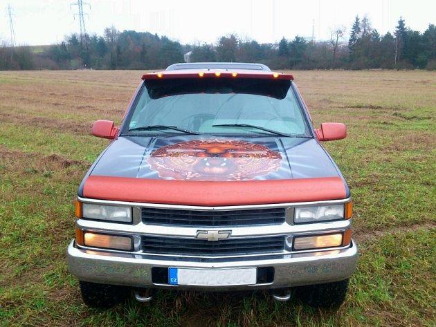 Třebíčský Chevrolet Silverado v atraktivní kombinaci modré a oranžové metalízy.