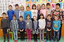 Na fotografii jsou prvňáčci ze Základní školy ve Starči s paní učitelkou Soňou Klumparovou.