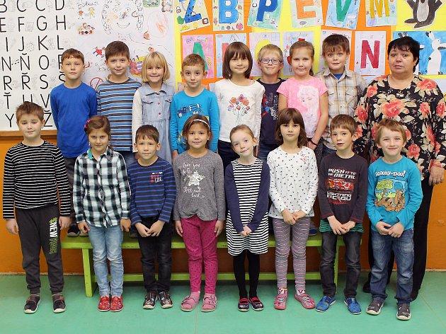 Na fotografii jsou prvňáčci ze Základní školy ve Starči spaní učitelkou Soňou Klumparovou.