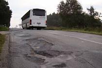 Suverénně nejponičenějším úsekem je ten mezi Trnavou a Rudíkovem. Místní mu neřeknou jinak než houpáky. Na silnici spojující Třebíč s dálnicí je nespočet děr. Oprava je v nedohlednu.