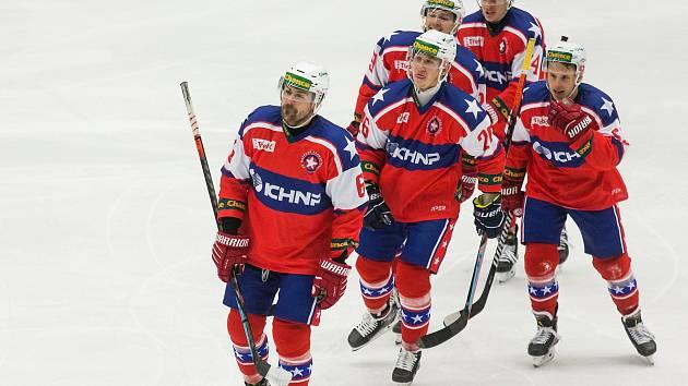Třebíčští hokejisté slaví výhru nad Porubou.