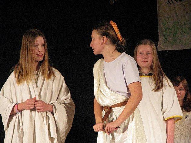 Amatérský multižánrový festival Hučka se o víkendu konal již potřinácté. K vidění byla představení mladších i starších herců a tanečníků.
