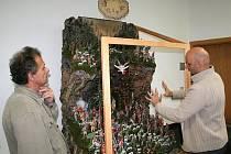 Betlém jsou hlavně figurky, kostra, na které to je dané, mech a skály už jsou práce Antonína Žamberského. Zde na fotografii s panem Tikovským z firmy ETNA domlouvají nasvícení betlému.